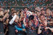Party in Rotblau: Basels Valentin Stocker streckt den Cup in die Höhe. (Bild: Marc Schumacher/Freshfocus (Bern, 19. Mai 2019))
