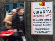 Die Genferinnen und Genfer haben am Sonntag ein doppeltes Ja zu den Steuervorlagen auf eidgenössischer und kantonaler Ebene in die Urne gelegt. (Bild: KEYSTONE/MARTIAL TREZZINI)