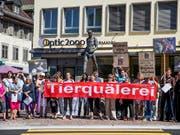 Der Tierschutzskandal von Hefenhofen befeuerte die Forderung nach einem Öffentlichkeitsgesetz. Tierschützer demonstrierten vor dem Ratsgebäude in Frauenfeld und forderten Aufklärung. Archivbild (Bild: Keystone/Christian Merz)