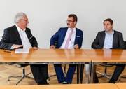 Noch-Stadtpräsident Thomas Müller, Wahlsieger Robert Raths und der zweitplatzierte Guido Etterlin (v.l.). (Bild: Rudolf Hirtl)