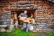 Der Bär gehört zu den häufigsten Motiven des Holzschnitzers.