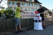 Franz Eugster und Pascal Mächler zeigen das an der Espenstrasse platzierte Transparent. (Bild: Georg Stelzner)