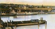 Ein Trajektkahn an der Trajektbrücke in Romanshorn von einst. 1979 fuhr die letzte Trajektfähre über den Bodensee. (Bild: Sammlung Anton Heer)