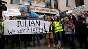 Protestanten ausserhalb des Gerichtsgebäudes in London. (Bild: AP Photo/Frank Augstein, London, 2. Mai 2019)