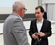 Der Basler Professor Rainer Greifeneder (rechts) im Gespräch mit Moderator Risch Cantieni. (Bild: Hanspeter Thurnherr)