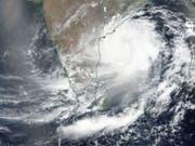 Das Satellitenbild der Nasa zeigt den Zyklon «Fani», der sich der indischen Ostküste nähert. Es wird erwartet, dass er am Freitag mit Windgeschwindigkeiten von bis zu 200 Kilometern pro Stunde nahe der heiligen Stadt Puri auf das indische Festland trifft. (Bild: KEYSTONE/EPA NASA WORLDVIEW/NASA WORLDVIEW / HANDOUT)