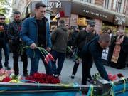 Fünf Jahre nach der Gewalteskalation in Odessa legen Menschen im Gedenken an die 48 Todesopfer Blumen vor dem Gewerkschaftshaus nieder. (Bild: KEYSTONE/AP/SERGEI POLIAKOV)