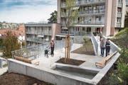 Im neuen Garten des Alterszentrums Schäflisberg können Bewohnerinnen und Bewohner spazieren. (Bild: Ralph Ribi (2. Mai 2019))