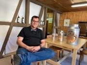 Mit seiner Firma Alpästärn verkauft Boris Zaalberg mit Scherenschnitt-Motiven verzierte Milchtansen und weitere Produkte. (Bild: Adrian Zeller)