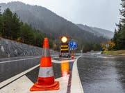 Der Bund und der Kanton Wallis wollen vier zusätzliche Polizisten auf die Piste schicken, um Lastwagen-Kontrollen auf der Simplon-Achse durchzuführen. (Bild: KEYSTONE/ANDREA SOLTERMANN)