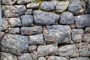 Bei der traditionellen Bauweise solcher Trockenmauern werden grosse und kleine Steine möglichst passgenau aufeinander geschichtet. (Symbolbild: Robert Hess)