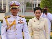 Königin Suthida am Donnerstag in Bangkok bei ihrem ersten öffentlichen Auftritt an der Seite ihres Ehemannes, König Maha Vajiralongkorn. (Bild: KEYSTONE/EPA/STR)