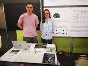 Lukas Widmer aus Herisau und Olivia Aerne aus Rosental (TG) präsentieren ihr Forschungsprojekt an der Hochschule für Technik in Rapperswil. (Bild: PD)