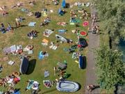 Sonnenschutz ist nicht nur in der Badi oder am Strand angezeigt: Blick auf das Marzili-Bad in Bern. (Bild: KEYSTONE/THOMAS HODEL)