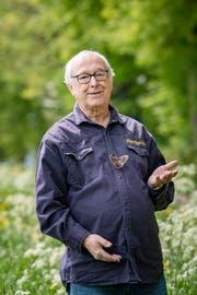 Marc de Roche alias Papa Papillon mit einem Wiener Nachtpfauenauge. (Bild: Urs Bucher, 2. Mai 2019)
