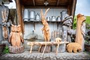 Rund um den Hof gibt es weitere Holzfiguren zu entdecken.