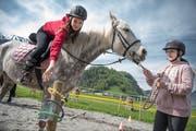 Luisa Kulmus versucht auf dem Pferd Bianca, geführt von Michelle Berger, einen Ring zu platzieren. (Bilder: Pius Amrein, Stansstad, 2. Mai 2019)