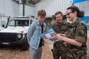 An der Luga: Carlo Felder (links) informiert sich über einen Auslandeinsatz als Peacekeeper, rechts Daniel Seckler und Tabea Rüdin von der Schweizer Armee. (Bild: Boris Bürgisser, Luzern, 1. Mai 2019)