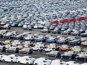 Der Volkswagenkonzern hat einen tieferen Betriebsgewinn verbucht: Autos warten auf den Export (Archivbild). (Bild: KEYSTONE/EPA/DAVID HECKER)
