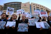 Demonstranten protestieren vor dem Gerichtsgebäude gegen den Prozess gegen rund zwölf Mitarbeiter der Tageszeitung «Cumhuriyet». Unter den Angeklagten war auch der bekannte Investigativjournalist Ahmet Sik. (Bild: Lefteris Pitarakis/AP (Istanbul, 31. Oktober 2017))