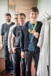 Jeremy Feusi und seine stolzen Lehrer. (Bild: Andrea Stalder)