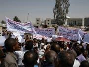 Zehntausende Demonstranten protestieren vor der Zentrale der Streitkräfte in Sudans Hauptstadt Khartum und fordern eine rasche Übergabe der macht an eine zivile Übergangsregierung. (Bild: KEYSTONE/AP/SALIH BASHEER)
