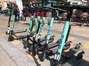 Im Zentrum von Österreichs Hauptstadt Wien stehen sie mittlerweile fast an jeder Ecke: Die elektrifizierten Scooter des Leih-Anbieters Tier. (Bild: Jérôme Martinu)