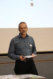 Schulpräsident Christoph Stäheli führt durch die Gemeindeversammlung im Sulger Auholzsaal. (Bild: Hannelore Bruderer)