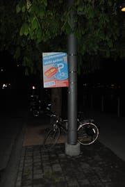 Die Plakate, die ursprünglich an den Velos hingen, verdeckten am Freitagabend die Parkierungs-Signalisation. (Bild: PD/Luzerner Polizei)