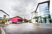 Der Dorfplatz mit dem Gemeindezentrum, in dem die Gemeindeverwaltung ihre Büros hat. (Andrea Stalder)