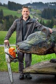 Mit seiner Motorsäge hat Köbi Frischknecht schon Hunderte von Holzfiguren geschnitzt. (Bilder: Urs Bucher)
