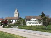 Die eingerüstete Kirche St.Peter in Kirchberg neben dem Pfarrhaus, das ebenfalls noch saniert wird. (Bild: Samuel Koch)