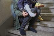 Manche Familien leben in Armut, weil die Eltern für Tieflöhne arbeiten und zusätzlich die Kinderbetreuung finanzieren müssen. (KEYSTONE/Christof Schuerpf)