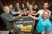 Die Befürworter der Initiative stossen in Romanshorn auf den Abstimmungssieg an. (Bild: Reto Martin)