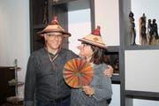 Sepp und Doris Schnyder vom Verein Hison mit Hüten und Fächern, die sie als Gastgeschenk erhielten. (Bild: Marion Wannemacher, Stans, 6. Mai 2019)