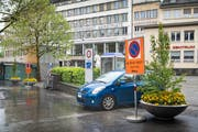 Grosse Verbotstafeln weisen Autofahrer seit kurzem auf das Parkverbot bei Marktplatz und Blumenmarkt hin. (Bild: Ralph Ribi, 20. Mai 2019)