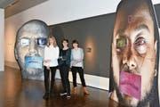 Blick in die Ausstellung mit (von links): Kuratorin Sara Wirth, Monica Vögele und Szenografin Claudia Schmauder. (Bild: Hans-Ruedi Rüegsegger)
