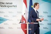 Mit Zettel, aber ohne Plan: Sebastian Kurz gestern in Wien. (Bild: Michael Gruber/AP)