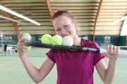 Racket und Tennisbälle sind aus dem Leben von Karolina Kozakova nicht mehr wegzudenken: Die 14-Jährige ist nicht nur talentiert, sondern auch begeistert von ihrem Sport. (Bild: Marie-Theres Brühwiler)