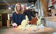 Christa Roth und Thomas Freydl bei den Vorbereitungen auf den Basar Bizzar. (Bild: Michael Hug)