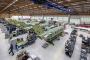 Blick in die Produktionshallen des PC-24 bei den Pilatusflugzeugwerken in Stans. (Bild: Pius Amrein, 1. Mai 2018)