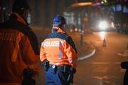 Polizisten bei einer nächtlichen Verkehrskontrolle. (Symboldbild: Stadtpolizei St.Gallen)