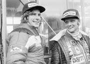 Niki Lauda (r.) mit seinem härtesten Konkurrenten James Hunt vor dem entscheidenden Rennen 1976 in Japan. (Bild: Nick Ut/Keystone)