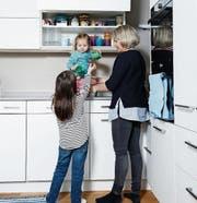 Jana und ihre kleine Schwester helfen Nina Schmid beim Antischen. (Bild: Stefan Kaiser, Cham, 6. Mai 2019)
