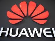 US-Firmen dürfen noch drei Monate lang Technik an den chinesischen Telekomausrüster Huawei liefern. (Bild: KEYSTONE/EPA/ROMAN PILIPEY)