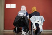 Zwei muslimische Schülerinnen beim Lernen. (Symbolbild: Petra Orosz/Keystone)