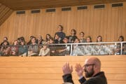 Die Klimajugendlichen verfolgten die rund zweistündige Klimadebatte im St.Galler Stadtparlament von der Zuschauertribüne aus. (Bild: Adriana Ortiz Cardozo - 19. Mai 2019)