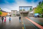 Vor hundert Jahren ist aus einer Textilfabrik das Schulhaus Buchenwald entstanden. Seither wurde es stetig ausgebaut. (Bild: Urs Bucher)