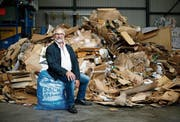 Paul Langenegger posiert im Ökihof in Baar mit dem «Güselsack». Er machte sich jahrelang für die Bewirtschaftung der Abfälle stark. (Bild: Stefan Kaiser (21. Mai 2019))