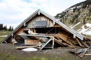 Die komplett demolierte Hütte auf der Alp Ahorn darf nicht mehr am selben Standort aufgebaut werden. (Bild: PD)